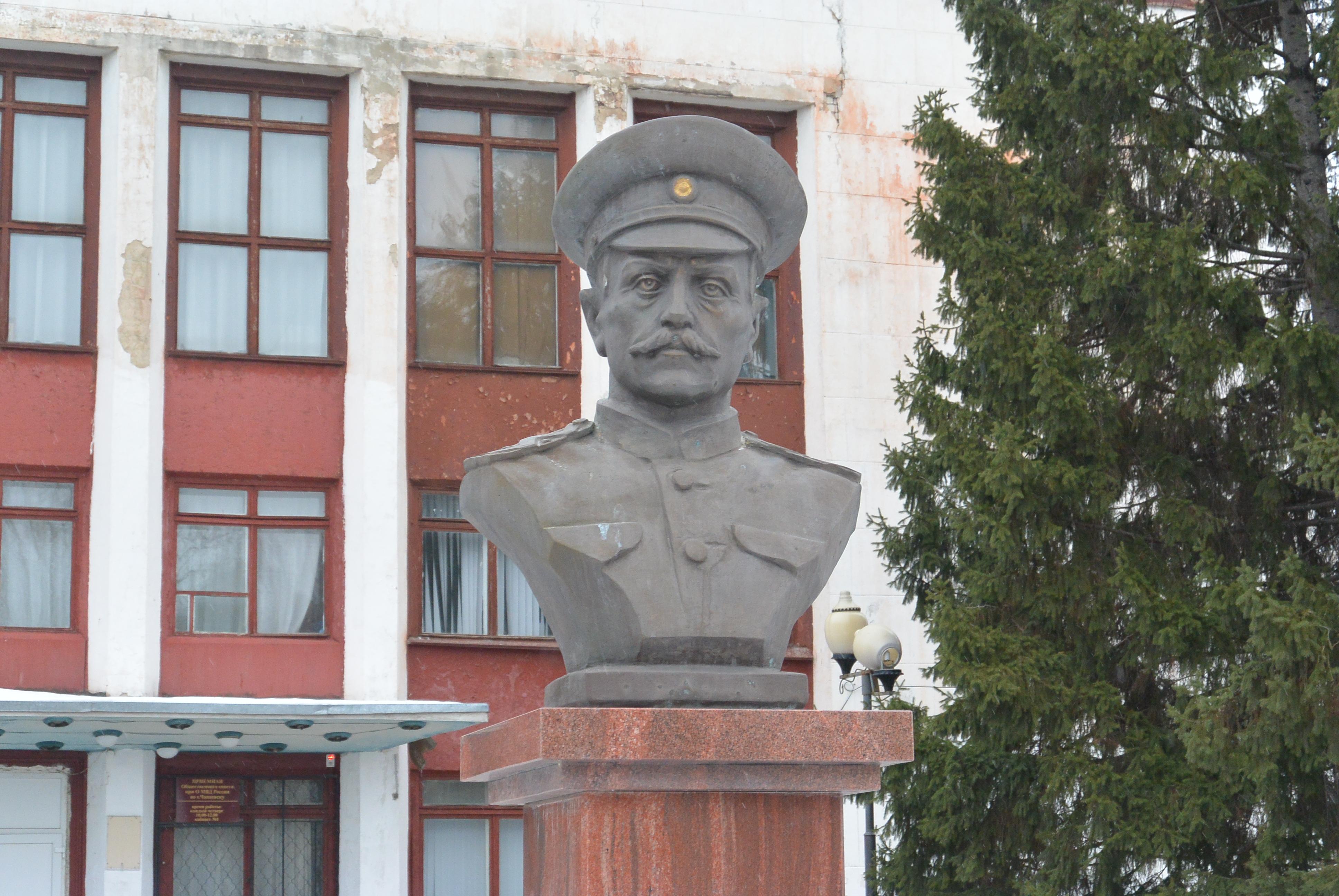 Памятник В.П. Иващенко в г. Чапаевск