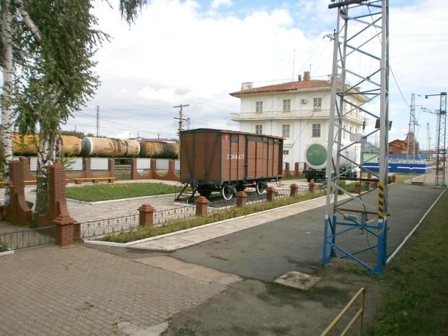 Старый вагон, стоящий у станции Дема