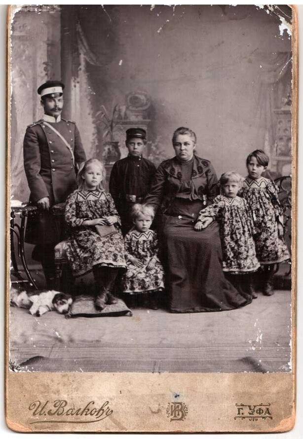 Семья Кадомцевых 1903. Мефодий Кадомцев не был революционером, но тоже пытался спасти Мишу от тюрьмы