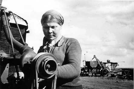 1944Кряжская МТС Комбайнер Кряжской МТС М.Погодина за осмотром своего комбайна после ремонта.
